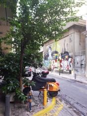 Scooter et graffitis à Athènes