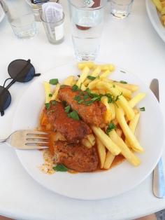 Bon apétit ! Dans un petit restaurant de Fira